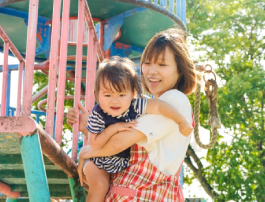 子供と遊んでいる保育園の先生イメージ